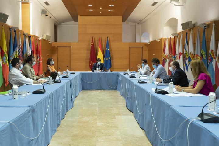 El jefe del Ejecutivo regional, Fernando López Miras, preside la reunión del Comité de Seguimiento Covid-19. (2)
