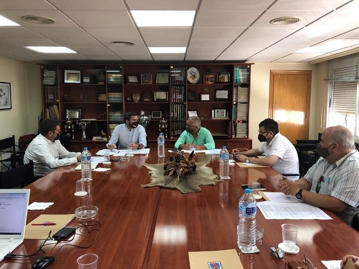 El consejero de Medio Ambiente, Antonio Luengo, y el presidente de la Federación de Caza, durante la reunión celebrada hoy en la sede federativa.