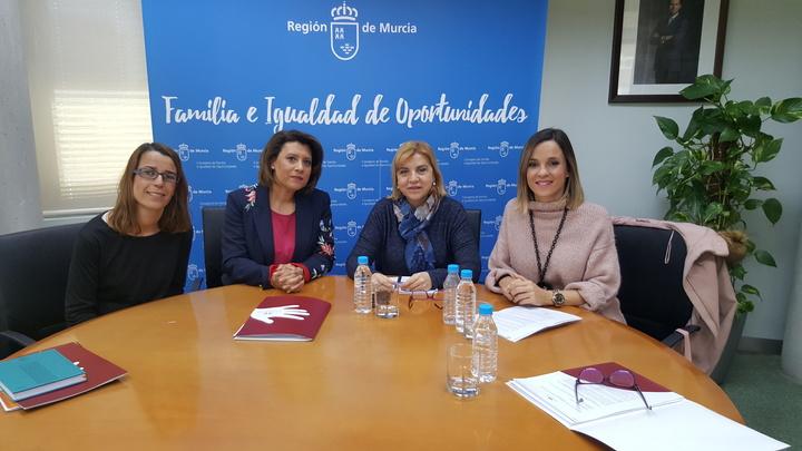 La consejera de Familia e Igualdad de Oportunidades, Violante Tomás, reunida con la presidenta de la Federación de Asociaciones de Personas con Parkinson de la Región de Murcia (Fepamur)